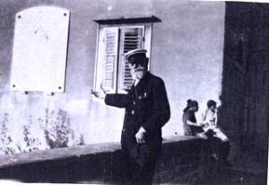 La foto del cap. D'Albertis che fa il gesto di offrire la meridiana alla città di Trieste è inedita.