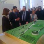 Il sindaco Ignazio Marino, accompagnato dalla dr. Rossini, è interessato al nuovo plastico del Campo Marzio predisposto dalla direzione del Museo; si riconosce bene Obelisco e Linea Meridiana